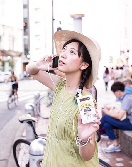永原真夏デザインによるモバイルバッテリー「SUPER CHARGER」(撮影:木村泰之)