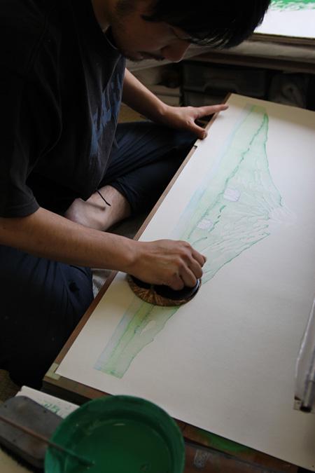 摺師が浮世絵版画を摺る様子