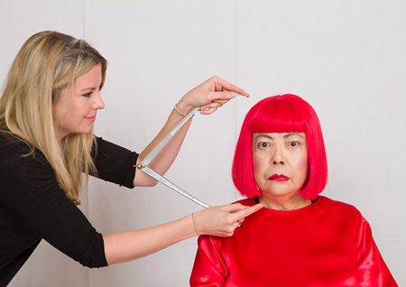草間彌生の計測風景 The images shown depict wax figures created and owned by Madame Tussauds.