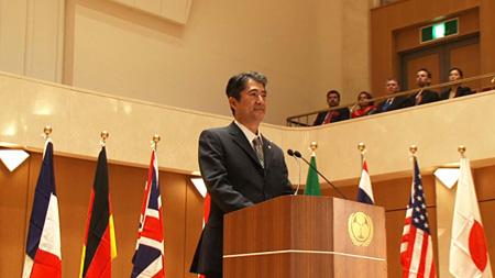 会田誠『国際会議で演説をする日本の総理大臣と名乗る男のビデオ』2014年 ©AIDA Makoto, Courtesy Mizuma Art Gallery