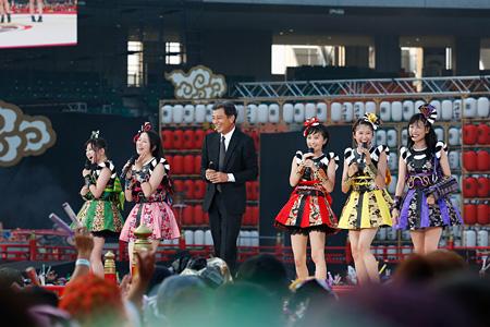 ももいろクローバーZと舘ひろし 2015年8月1日に静岡・エコパスタジアムで開催された『桃神祭2015 エコパスタジアム大会』より Photo by HAJIME KAMIIISAKA+Z