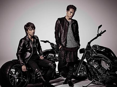 左から雨宮兄弟を演じるTAKAHIRO、登坂広臣 ©HiGH&LOW製作委員会