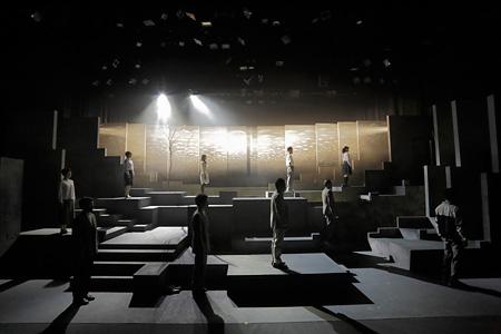 松本雄吉演出『石のような水』2013 photo: Toshihiro Shimizu