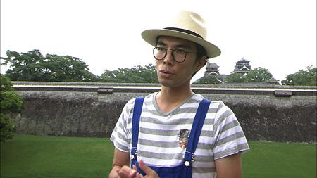 熊本城前の片桐仁『日曜美術館』より(画像提供:NHK)