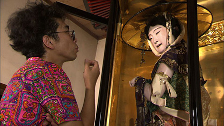 生人形を見る片桐仁『日曜美術館』より(画像提供:NHK)
