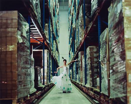 曹斐『自分の未来は夢にあらず 02』2006年 120×150cm Cプリント ©Cao Fei / Deutsche Bank Collection