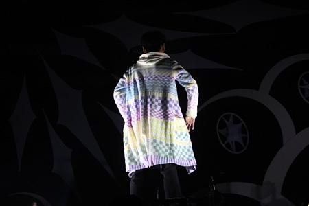 ANREALAGEが手掛けた衣装を着用する山口一郎(サカナクション) 2013年に開催されたサカナクションのツアー『SAKANAQUARIUM2013「sakanaction」』の千葉・幕張メッセ公演より