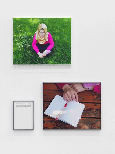 『最後に見たもの−盲目の人と刺繍』2010年、カラー写真、テキスト、額 ©Sophie Calle / ADAGP, Paris 2015, Courtesy Gallery Koyanagi; Galerie  Perrotin Photo: André Morin