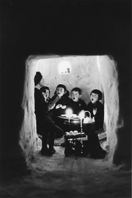 濱谷浩『ホンヤラ洞で歌う子どもたち』十日町、新潟 1956年 Courtesy Estate of Hiroshi Hamaya, Oiso, Japan