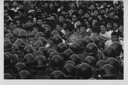 濱谷浩『首相官邸前で抗議する全学連学生たち』永田町、東京、1960年6月3日 Courtesy Estate of Hiroshi Hamaya, Oiso, Japan