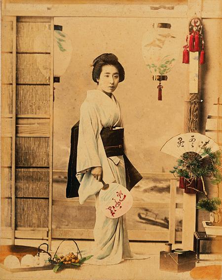 小川一眞『凌雲閣百美人』小と代 写真(鶏卵紙に彩色) 1891年(明治24) 江戸東京博物館蔵