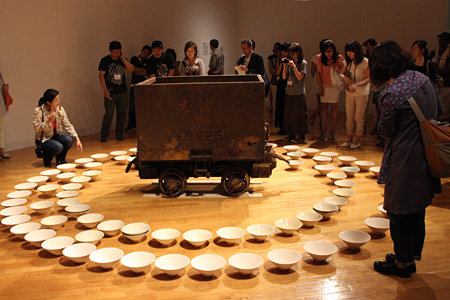 飯田志保子 『札幌国際芸術祭2014』企画展示『都市と自然』宮永愛子作品のキュレータートーク風景