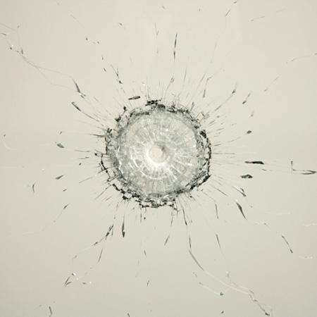 オノ・ヨーコ『穴』2009 年、弾の貫通した板ガラス、刻印されたテキスト「ガラスの反対側に廻り、穴から覗く」、金属の枠(部分)、個人蔵 ©YOKO ONO 2015