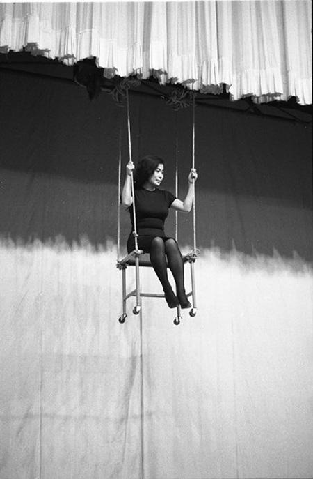 オノ・ヨーコ『チェア・ピース』1962年、「ジョン・ケージとデヴィッド・チュードアのイヴェント」(京都会館、 1962年10月12日)で行う 写真:吉岡康弘、個人蔵、Courtesy of Lenono Photo Archive ©YOKO ONO 2015