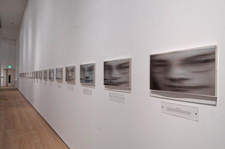 オノ・ヨーコ『ヴァーティカル・メモリー』1997年、22点の額装されたアイリス・プリント、テキスト 写真:コリン・デヴィソン、個人蔵 ©YOKO ONO 2015