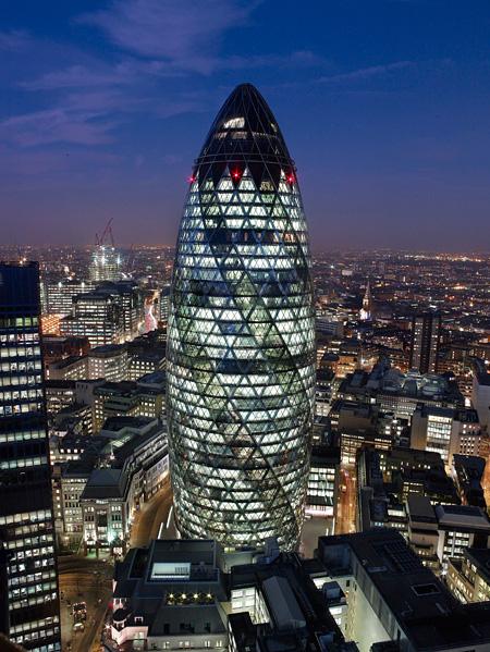 フォスター+パートナー『スイス・リ本社ビル(30 セント・メアリー・アックス)』1997-2004年 ロンドン 撮影:Nigel Young, Foster + Partners