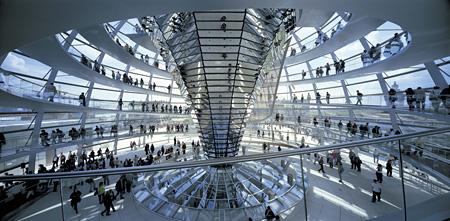 フォスター+パートナーズ『ドイツ連邦議会新議事堂、ライヒスターク』1992-1999年 ベルリン 撮影:Rudi Meisel
