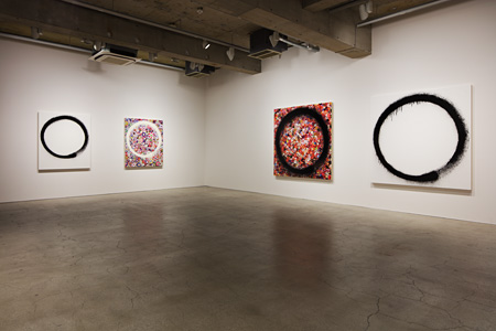 村上隆『円相』会場風景 ©2015 Takashi Murakami/Kaikai Kiki Co., Ltd. All Rights Reserved. Courtesy Galerie Perrotin Photograph: Kozo Takayama