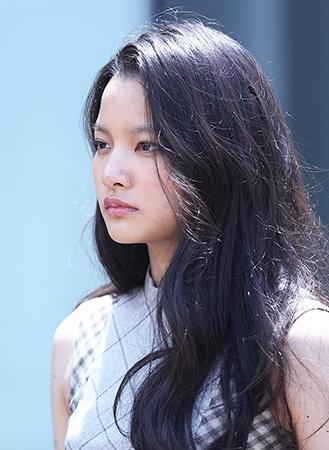 露口絹子役の織田梨沙 ©2016「秘密 THE TOP SECRET」製作委員会