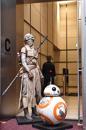 レイ、BB-8  ©2015Lucasfilm Ltd. & TM. All Rights Reserved