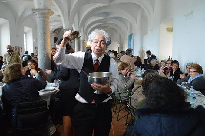 折元立身『500 人のおばあさんの昼食』2014年