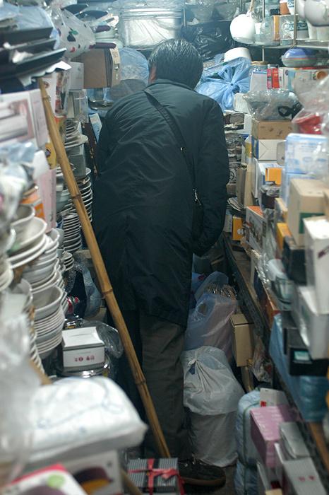 韓国ソウル特別市・広蔵市場(クァンジャンシジャン)の荒物屋にてリサーチ中の深澤直人