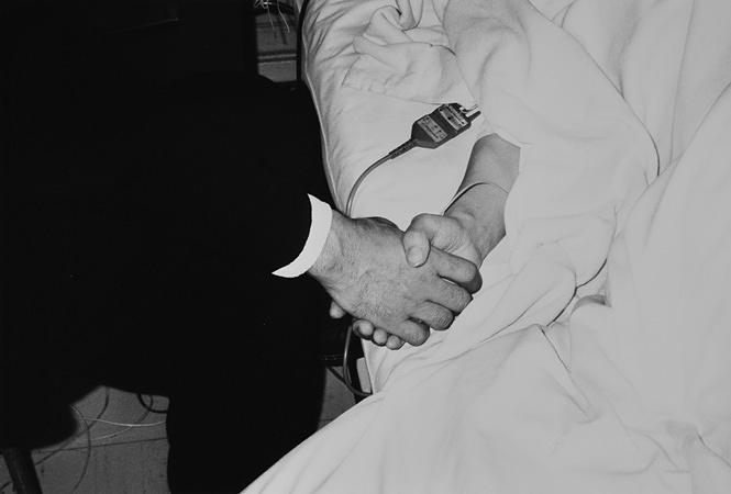荒木経惟『センチメンタルな夜・冬の旅 − 手指をにぎりしめると、にぎりかえしてきた。お互いにいつまでもはなさなかった。午前3時15分、奇跡が起こった。目をパッとあけた。輝いた。』1990年