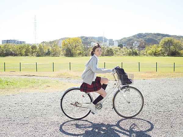 『生駒里奈×青山裕企 写真展「君の足跡」』 ©RINA IKOMA, YUKI AOYAMA, GENTOSHA 2016