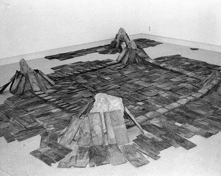 菅木志雄『辺界』1978年 ギャラリー彩園子(岩手)での展示風景 ©Kishio Suga, Courtesy of the artist and Blum & Poe, Los Angeles/New York/Tokyo