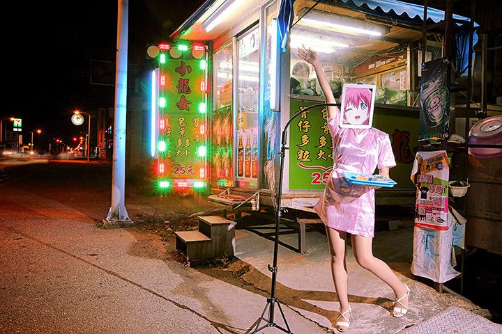 シム・チャン(台湾、1983)『檳榔樹(びんろうじゅ)売りの少女』2013 ©Sim Chang
