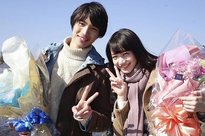 左から福士蒼汰、小松菜奈 撮影クランクアップ時 ©2016「ぼくは明日、昨日のきみとデートする」製作委員会
