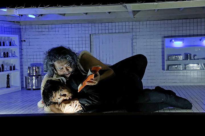 庭劇団ペニノ『大きなトランクの中の箱』 Photo: Takashi Horikawa