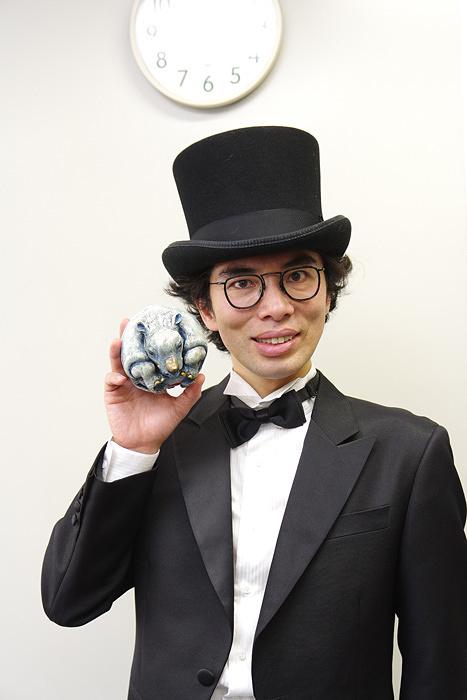 埼玉県ご当地作品のサイ型サイコロ『サイ玉』を手にする片桐仁