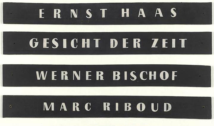 1955年当時の展示に使用された写真家の名前プレート ©Magnum Photos