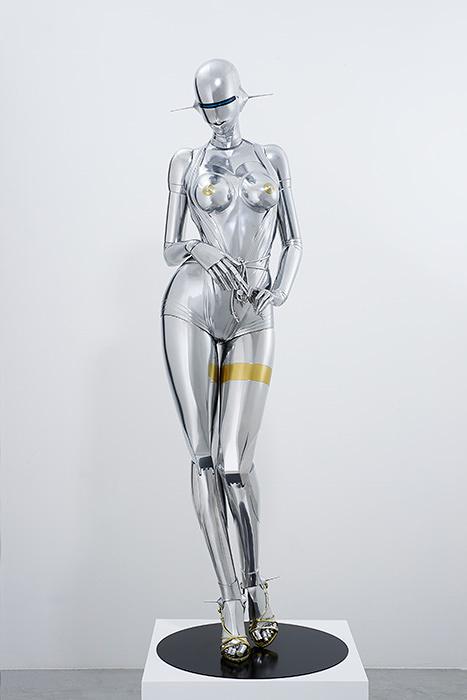 空山基『セクシーロボット』2016年 FRP、鉄、 金・銀メッキ調塗料、LEDネオンライト 182×60×60cm 撮影:Tanaka Shigeru Courtesy:NANZUKA