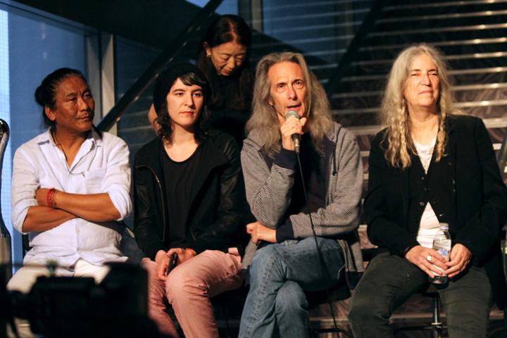 左からテンジン・チョーギャル、ジェシー・スミス、レニー・ケイ、パティ・スミス