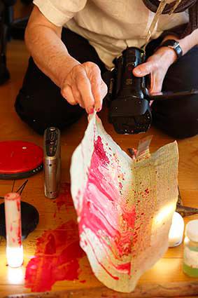 『怪物君』を制作する吉増剛造 2015年 Photo: Kioku Keizo
