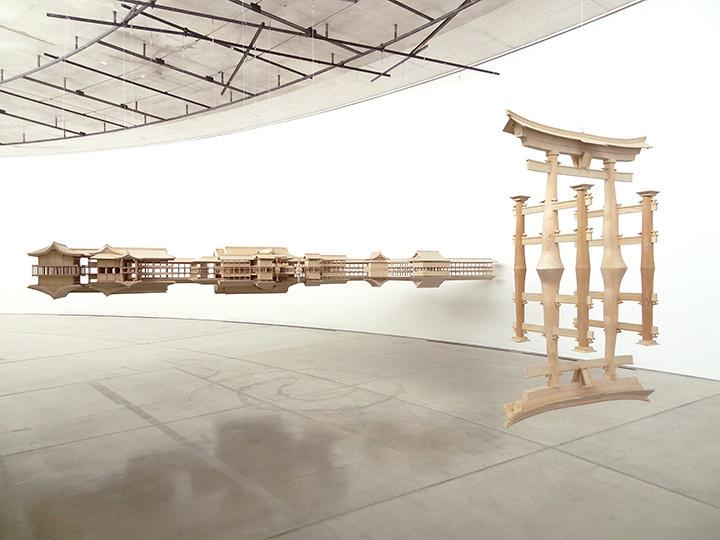 『リフレクション・モデル(厳島)』2013-14年 ヴィクトリア国立美術館蔵 青森公立大学国際芸術センター青森での展示風景 『Reflection Model (Itsukushima)』2013-14 Collection of National Gallery of Victoria Installation view at Aomori Contemporary Art Centre, Aomori Public University ©Takahiro Iwasaki, Courtesy of ARATANIURANO