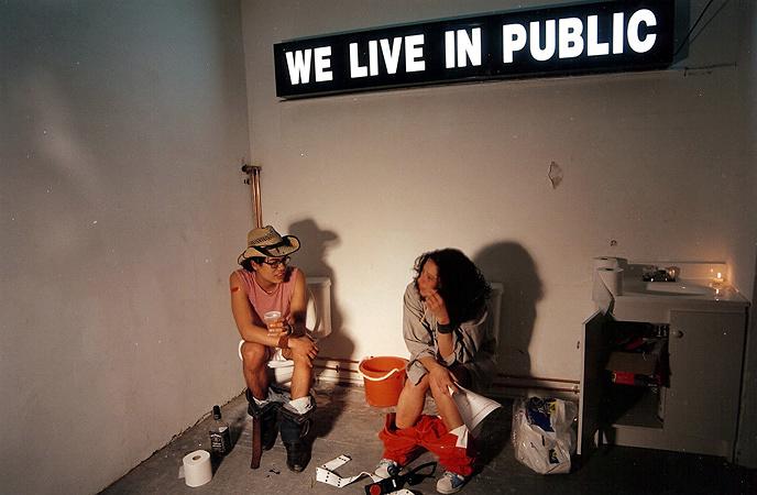 『WE LIVE IN PUBLIC~公開生活24時』 ©Interloper Films