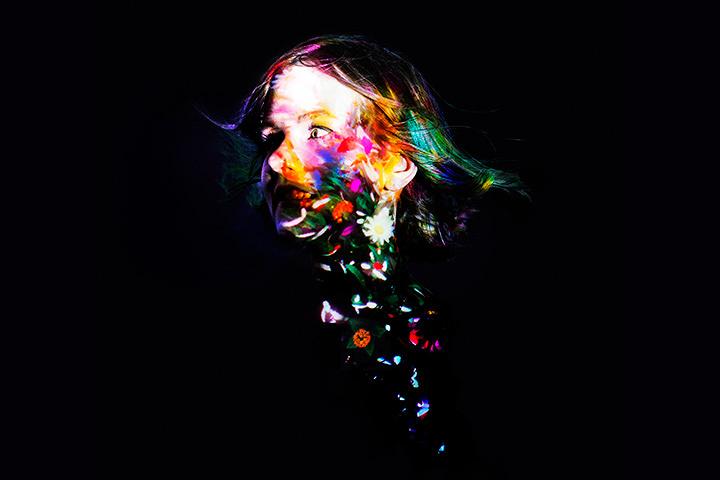 チームラボ個展で新作発表 暗闇の中で花が咲き乱れるデジタルアート