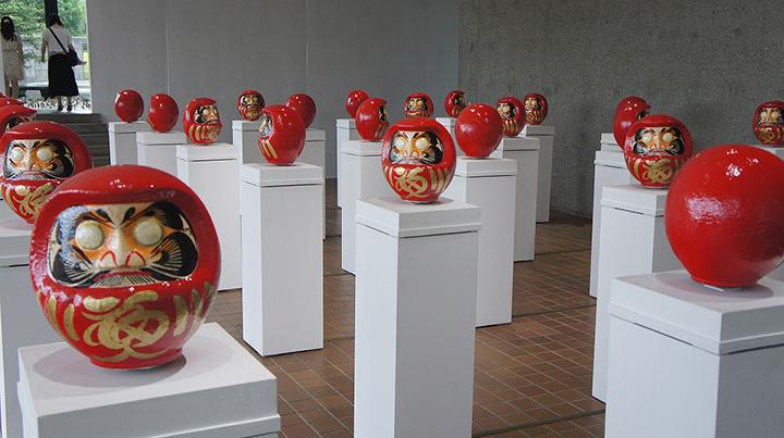 しりあがり寿『回転体は行進するダルマの夢を視る』2014年 箱根彫刻の森美術館にて