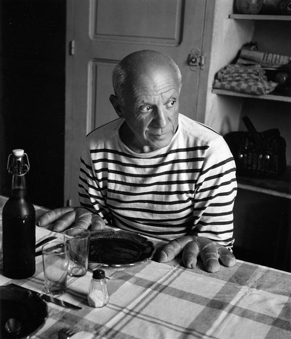 『ピカソのパン』ヴァロリス、1952年 ©Atelier Robert Doisneau / Contact