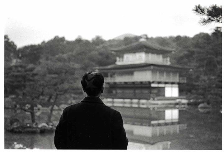 森村泰昌『星男 (金閣寺にて)』ゼラチン・シルバー・プリント、16.2×24.3cm、1990年 ©Yasumasa Morimura, courtesy MEM