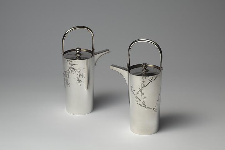 加納夏雄『銀梅竹紋酒燗器』 銀 片切彫 明治6年 高13.3cm 胴径6.2cm