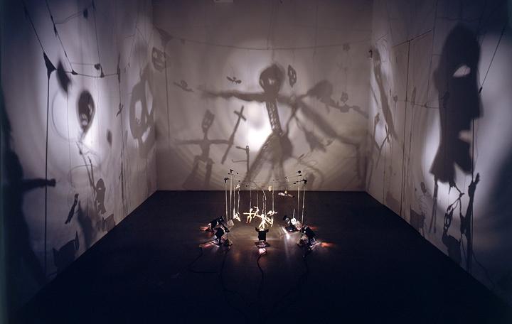 『影の劇場』1990年 16のオブジェ(メタル、カードボード、ワイヤー、カセットテープ、木、葉など)、プロジェクター、ファン、コンバーター サイズ可変 Photo:Andre Morain Courtesy the artist and Marian Goodman Gallery