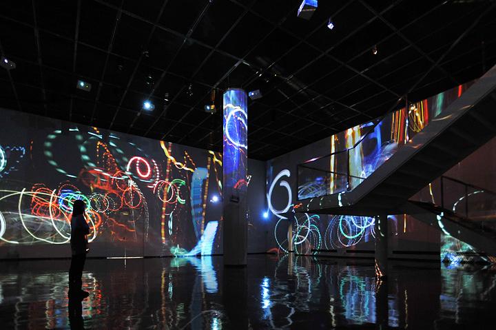 小金沢健人『Graffiti of Velocity』2008, installation, video projector, no sound, photo by SATO Misaki