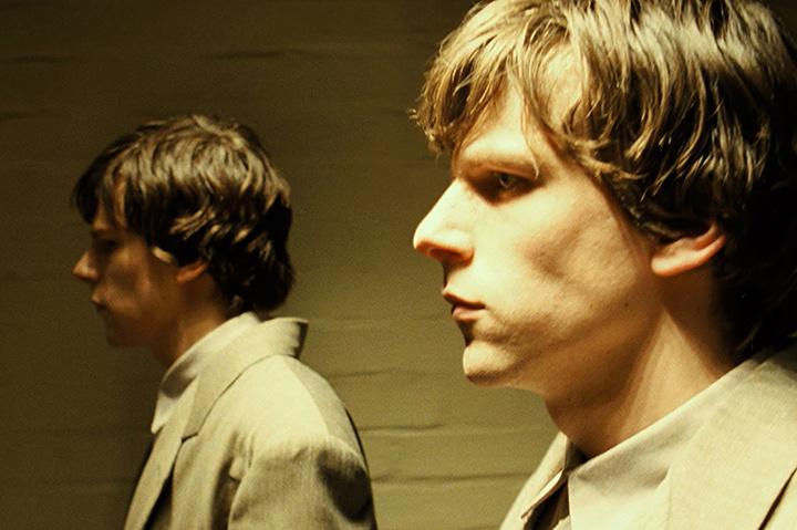 『嗤う分身』 ©Channel Four Television Corporation, The British Film Institute, Alcove Double Limited 2013