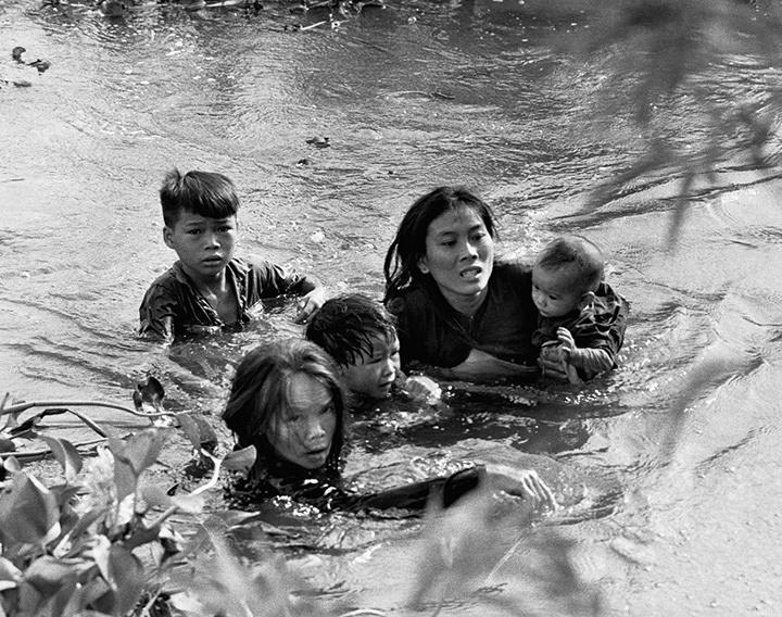 澤田教一『安全への逃避』ビンディン省ロクチュアン 1965年 ©Sawada Kyoichi / Getty Images