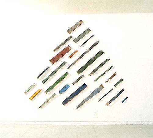 トニー・クラッグ『Mountain and Lake』1984年 found lengths of wood 190x214x4cm かんらん舎「Tony Cragg」展示風景より(会期1984年3月26日-4月28日)©KANRANSHA