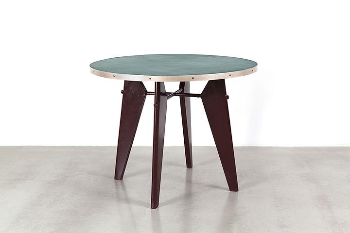 ジャン・プルーヴェ『ゲリドン「カフェテリア」組立テーブル』 1951年 折曲げ薄鋼板、鋼管、積層材 71×86×86cm ©Galerie Patrick Seguin